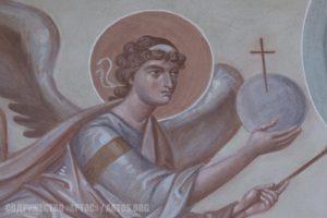 Архим. Зинон. Ангел с крестом и небесной сферой (зерцалом) - фрагмент росписи верхней части восточной стены.