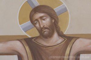 Лик Спасителя на кресте - фрагмент центральной композиции росписи алтаря.